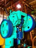 Metall som stämplar metallmaskinen med bältekugghjulet arkivbilder