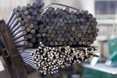 Metall staczał się baru Stal round Węgla bar Gorący - staczający się ferrum r obrazy stock