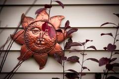 Metall-Sun-Verzierung auf Wand Stockfotografie