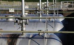metall tankar för gaslagring inom en industriområde Fotografering för Bildbyråer