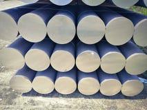 Metall- und Aluminiumhaufen in der Lagerfracht für Transport zu Herstellungsfabrik stockbild