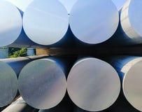 Metall- und Aluminiumhaufen in der Lagerfracht f?r Transport zu Herstellungsfabrik lizenzfreie stockbilder