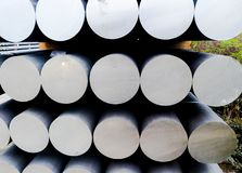 Metall- und Aluminiumhaufen in der Lagerfracht f?r Transport zu Herstellungsfabrik stockfotos