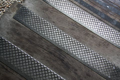 Metall und hölzerne Pflasterung lizenzfreies stockfoto