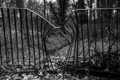 Metall verbogener Zaun Stockbild