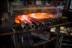 Metall wird erhitzt, um glühend zu sein Stockfotos