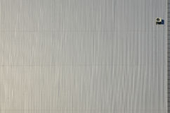 Metallabstellgleiswand mit Klimaanlage Stockfoto