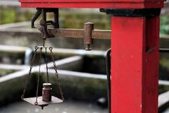 Metallaltes Gewicht für Handel stockfoto