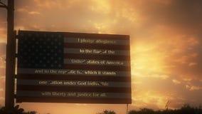 Metallamerikanische flagge mit der Bürgschaft von Ergebenheit auf den Streifen gegen einen Sonnenunterganghimmel stock footage