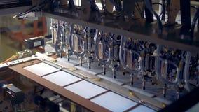 Metallapparaten flyttar upp paneler på en transportör, slut arkivfilmer