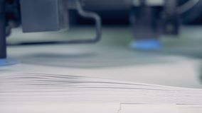 Metallapparatsplittringar skyler över brister på en tryckfabrik, slut upp Pappers- sorteringprocess för rad lager videofilmer