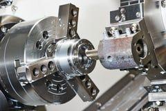 Metallarbeit durch die Bohrung, die auf Drehbank maschinell bearbeitet lizenzfreies stockfoto
