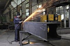 Metallarbeiter, die Schweißungsmetallbauten, fountai produzierend polieren Lizenzfreies Stockbild