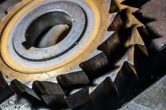 Metallarbete Process av fullföljande för tandkugghjulhjul som bearbetar med maskin vid skärarehjälpmedlet på fabriken Fotografering för Bildbyråer