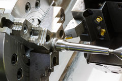 Metallarbete som bearbetar med maskin process vid det bitande hjälpmedlet på CNC l arkivbild