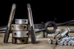 Metallarbetehjälpmedel på seminariumtabellen Dragning dör och knackar lätt på I Royaltyfri Foto