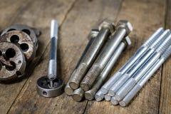 Metallarbetehjälpmedel på seminariumtabellen Dragning dör och knackar lätt på I Arkivfoto