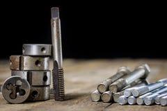 Metallarbetehjälpmedel på seminariumtabellen Dragning dör och knackar lätt på I Royaltyfri Fotografi