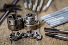 Metallarbetehjälpmedel på seminariumtabellen Dragning dör och knackar lätt på I Arkivfoton