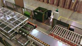 Metallark som transporteras av transportbandet i tänt seminarium stock video