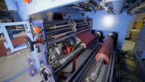 Metallarket uncoils från rulle på den speciala industriella maskinen Elektrisk transformatorproduktionsutrustning stock video