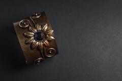 Metallarmband auf Dunkelheit lizenzfreie stockfotos