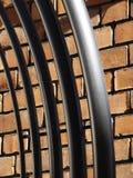 Metallaufbauten und -Backsteinmauer Lizenzfreies Stockbild