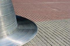 Metallbänk och trottoar abstrakt bakgrundsstad Arkivfoto