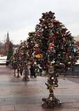 Metallbäume der Liebe mit Verriegelungen. Moskau. Russland. Stockbild