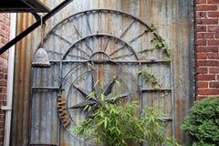 Metallbågen som dekorerades med en kompass, steg Arkivfoto