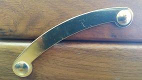 Metallbügel als Scharnier zwischen hölzernen Planken Nahaufnahme stockbild