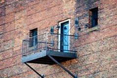 Metallbalkon und blaue Tür Lizenzfreies Stockfoto