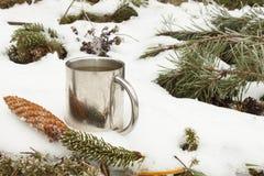 Metallbecher heißer Tee im Schnee Heißes Getränk an einem eisigen Tag Stockbild