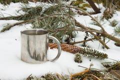 Metallbecher heißer Tee im Schnee Heißes Getränk an einem eisigen Tag Stockfotografie