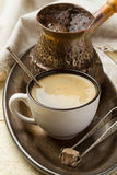 Metallbehälter mit frischem Kaffee zum Frühstück Lizenzfreie Stockfotografie