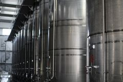 Metallbehållare för vin i växt arkivfoton