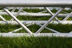 Metallbinder für die Befestigung des Stadiums Stockfotos