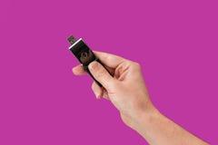 Metallblitz-Antrieb an Hand mit lokalisiertem purpurrotem Hintergrund Lizenzfreie Stockfotografie