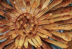 Metallblomma med rost som dekorerar trädgården eller inre royaltyfria foton