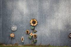 Metallblumen gegen einen Metallhintergrund Stockbild