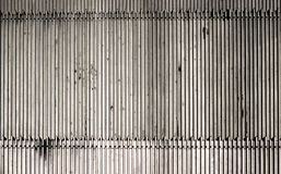 Metallboden-Rippenplatteplatte vor Rolltreppe Stockbild