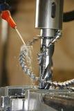 Metallbohrgerätpresse und -schnitzel Stockbilder