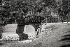 Metallbrücke eines Greenway über dem Fluss Lizenzfreies Stockfoto