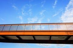 Metallbrückenüberfahrt über der Autobahn Lizenzfreies Stockfoto