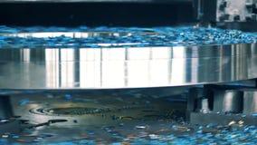 Metallchiper nära den mala maskinen Metall som bearbetar i handling lager videofilmer