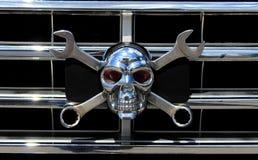 Metallchromschädel als Jolly Roger Stockbilder