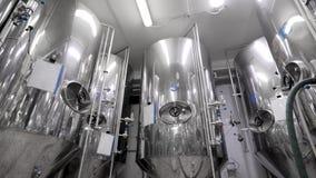 Metallcisterner för att mosa malt för öl står in shoppar av det industriella bryggeriet, rund panoramautsikt lager videofilmer