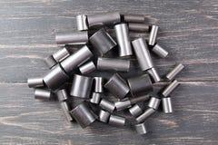 Metallcylindrar på mörk bakgrund Arkivbild