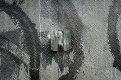Metalldörr av en industriell fabriksport fotografering för bildbyråer