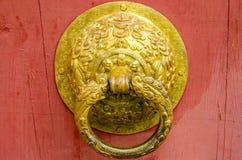 Metalldörrknackare i den kinesiska designen för inre och yttersida royaltyfria foton